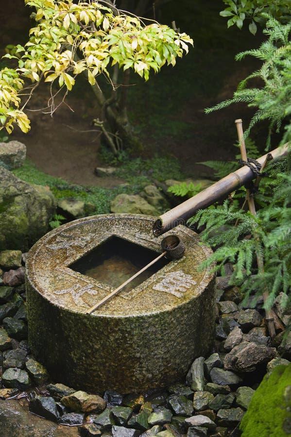 Lavabo del agua de la piedra del templo de Japón Kyoto Ryoan-ji fotografía de archivo libre de regalías