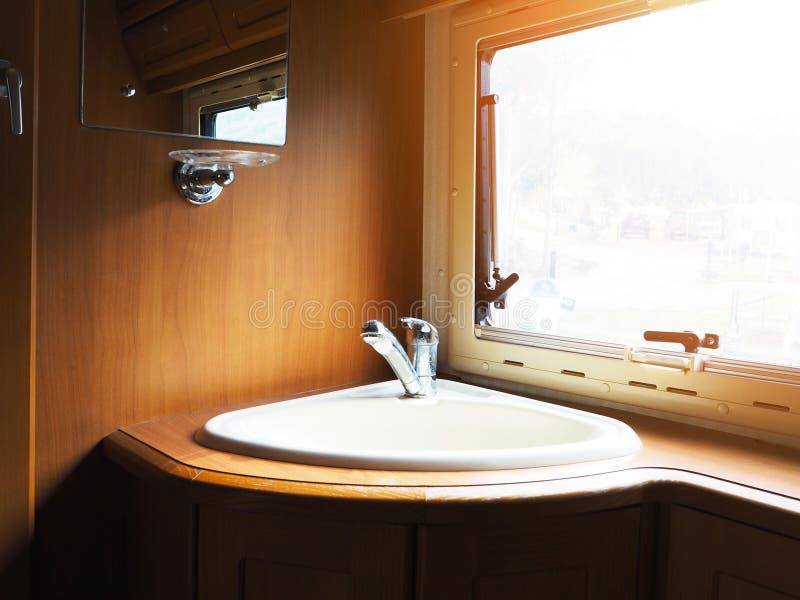 Lavabo della mano in bagno di legno fotografia stock libera da diritti