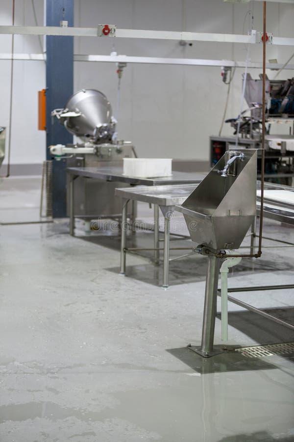 Lavabo della mano e di piano di lavoro alla fabbrica della carne fotografie stock libere da diritti