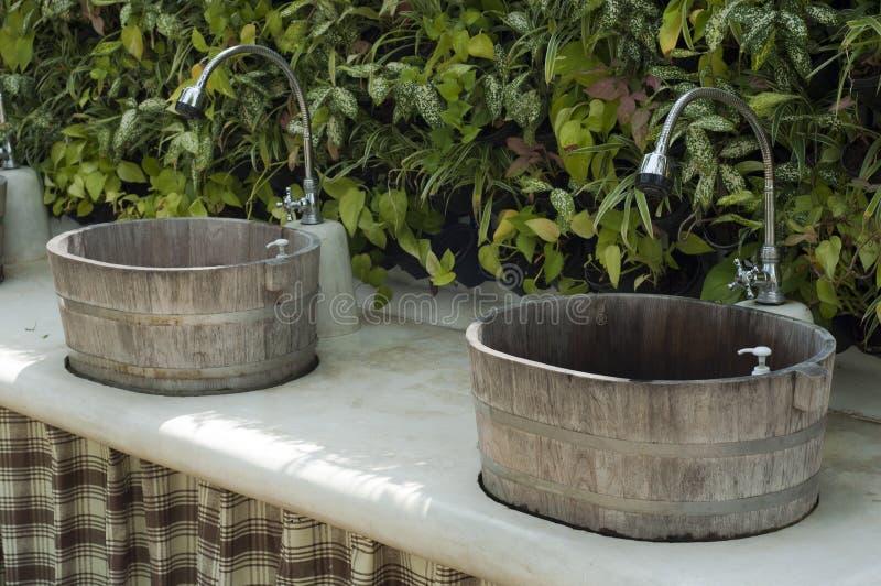 Lavabo di legno d'annata. immagine stock libera da diritti