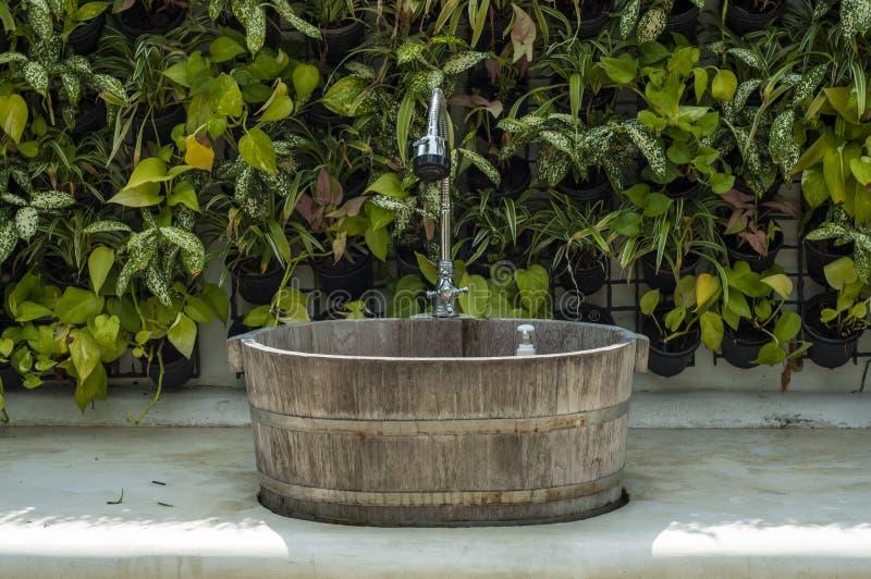 Lavabo di legno d'annata. fotografie stock