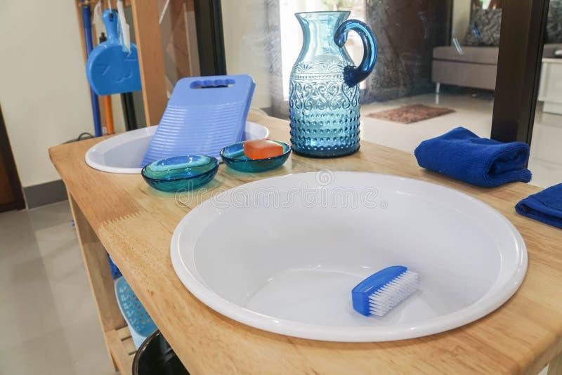 Lavabo di plastica con la spazzola per il panno di pulizia in montessori del bambino immagini stock libere da diritti