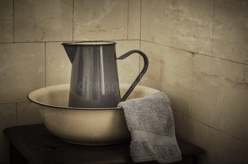 Lavabo e brocca - retro immagini stock