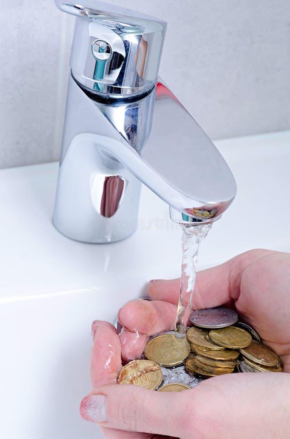 Lavabo ed acqua corrente dal rubinetto nel bagno del cromo fotografia stock libera da diritti