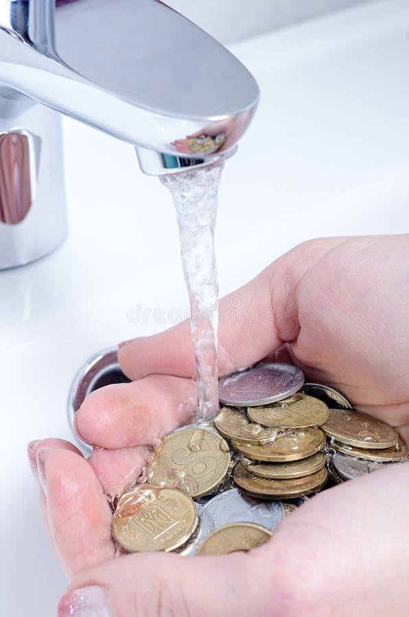 Lavabo ed acqua corrente dal rubinetto nel bagno del cromo immagine stock