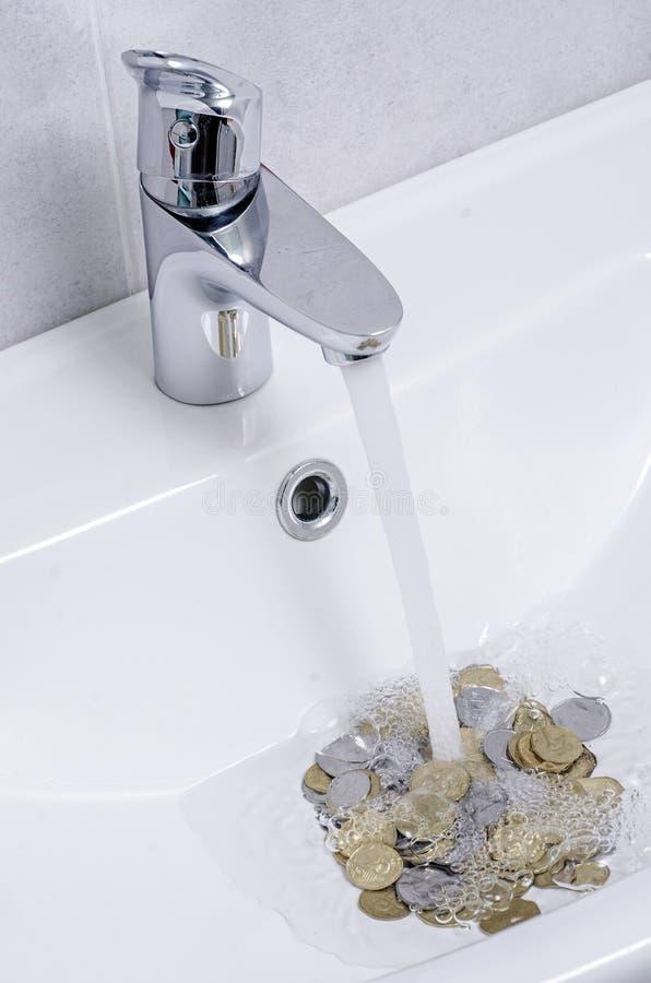 Lavabo ed acqua corrente dal rubinetto nel bagno del cromo fotografie stock libere da diritti