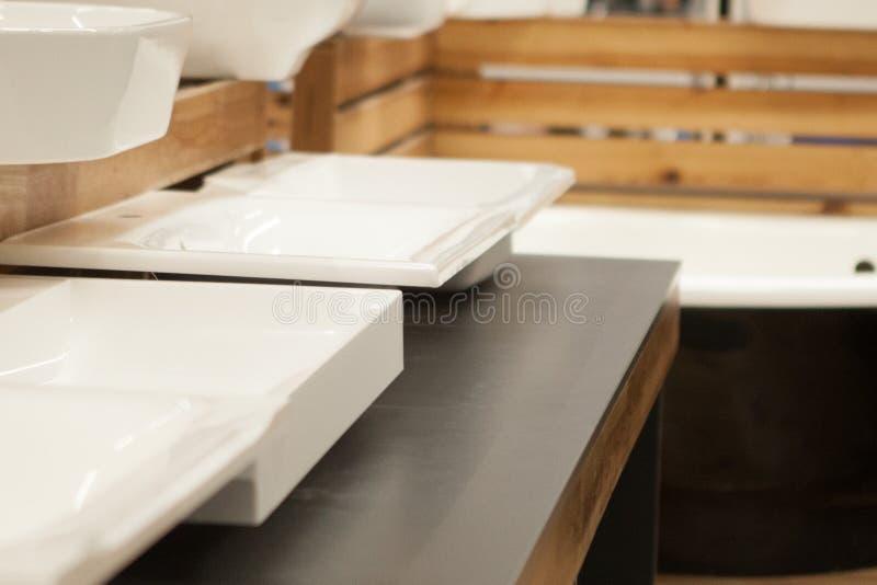 Lavabo en céramique dans le magasin de ménage pour l'amélioration de construction individuelle photographie stock libre de droits