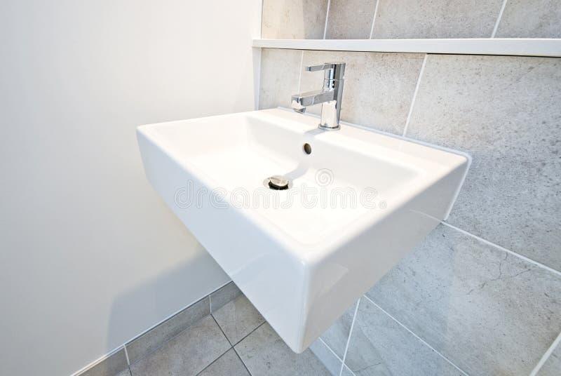 Lavabo en céramique de détail de salle de bains image stock