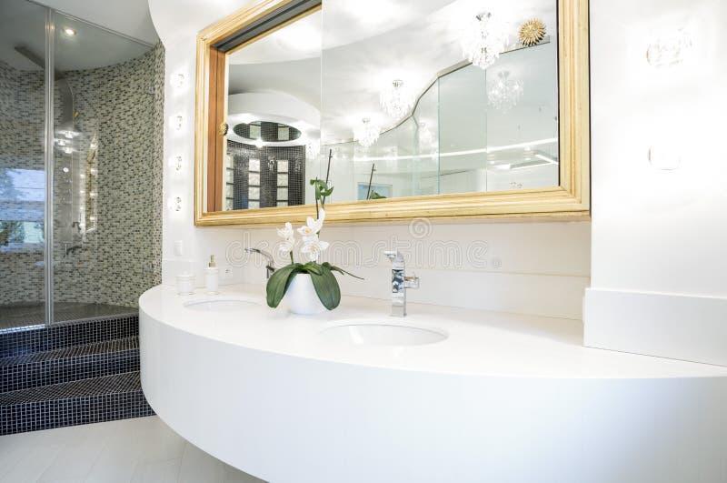 Lavabo en cuarto de baño de lujo imágenes de archivo libres de regalías