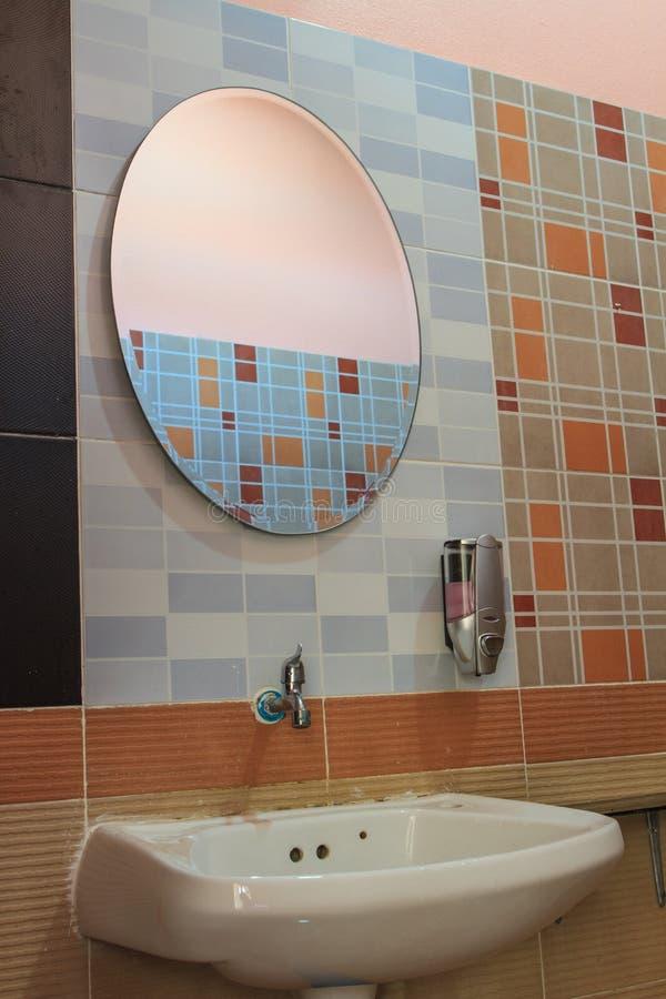 Handbasin et miroir dans la toilette image stock image du bathing chambre 18356487 - Miroir dans la chambre ...