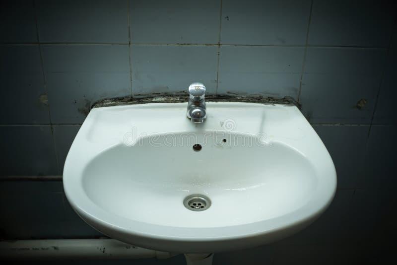 Lavabo Grungy della toilette immagine stock