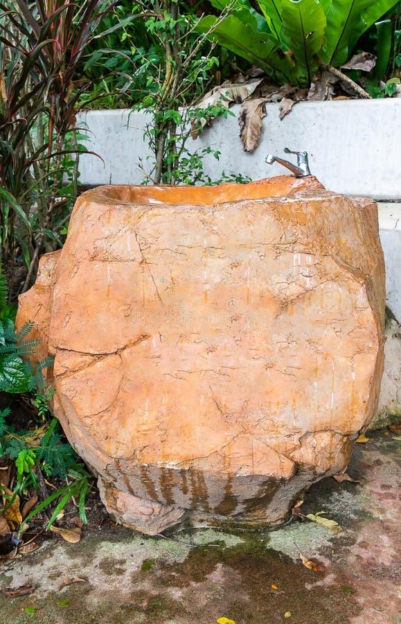 Lavabo o fatto di grandi pietre fotografia stock