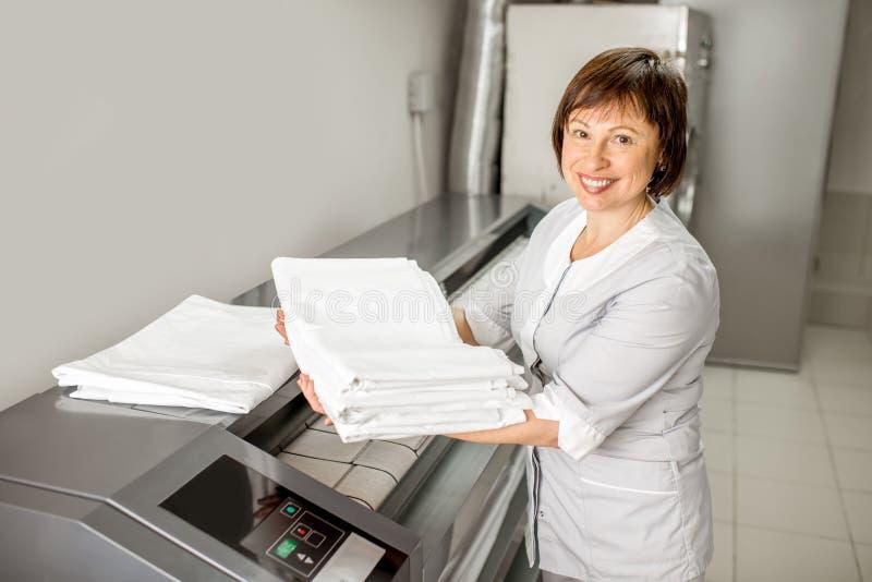 Lavadeira que trabalha com máquina passando imagens de stock royalty free