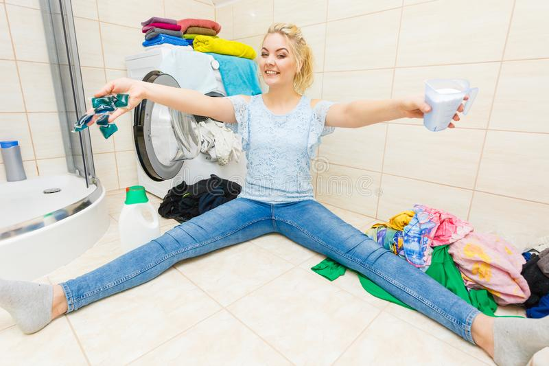 Lavadero del lavado de la muchacha con diverso detergente imágenes de archivo libres de regalías