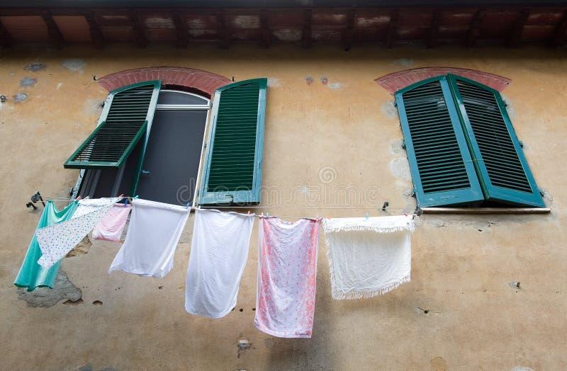 Lavadero en una cuerda para tender la ropa foto de archivo libre de regalías