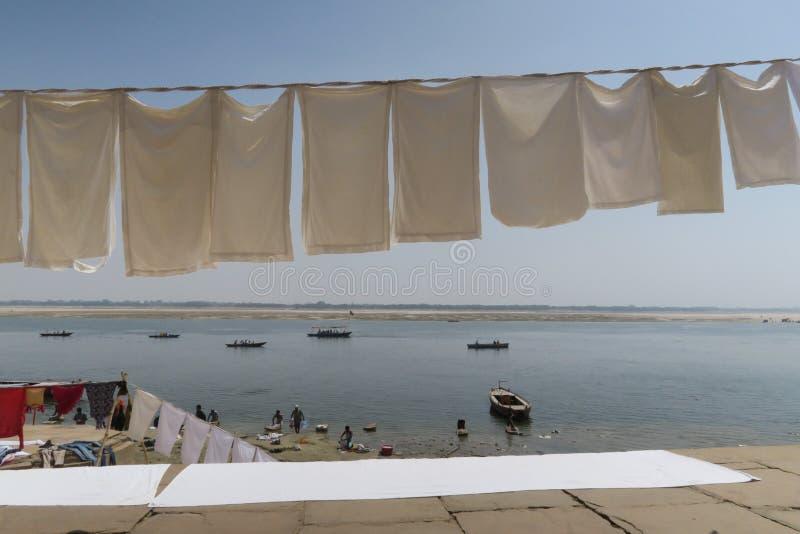 Lavadero que se seca en la secuencia en la frontera del río el Ganges imagen de archivo