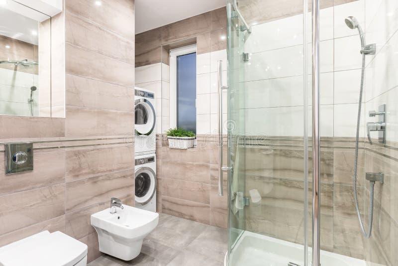 Lavadero y cuarto de baño combinados fotos de archivo