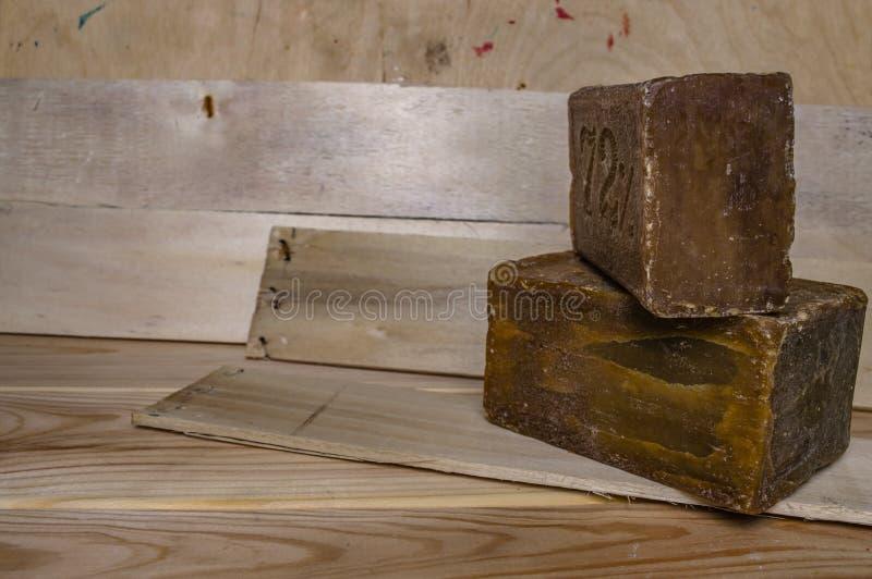 Lavado del jabón del hogar en el primer de los tableros de madera fotografía de archivo libre de regalías