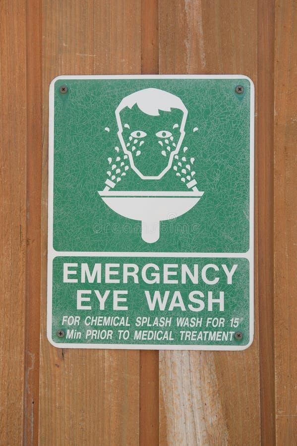 Lavado del ojo de la emergencia imagen de archivo