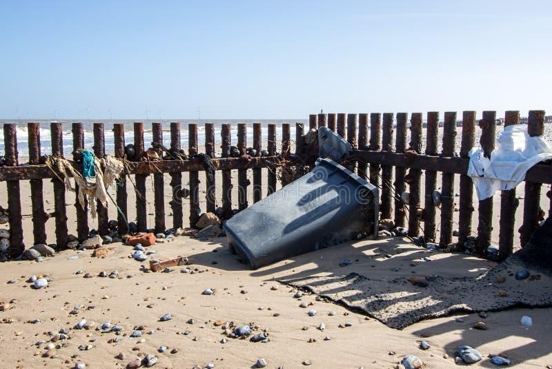 Lavado encima de la contaminación de la ruina de la playa Desperdicios en la costa de Englan imagen de archivo libre de regalías