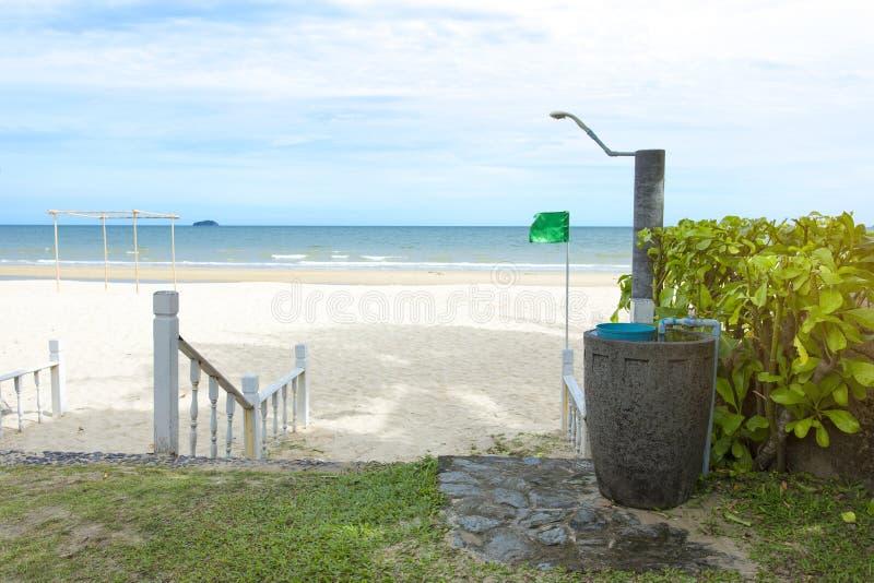 Lavado y ducha del pie en la playa debajo de la palmera delante del mar Look ahead al mar Puede estar el uso como fondo de a fotografía de archivo