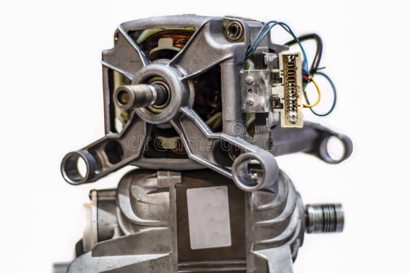 Lavadora del motor eléctrico aislada en blanco Detalles de la lavadora automática del motor en el fondo blanco fotos de archivo libres de regalías