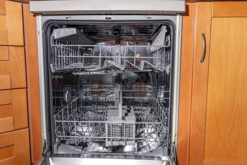 lavadora del plato en la cocina imagenes de archivo