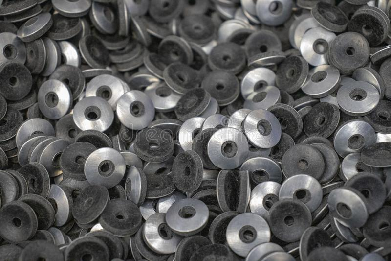 Lavadoras Grover del metal debajo del cromo de los pernos de las nueces fotografía de archivo