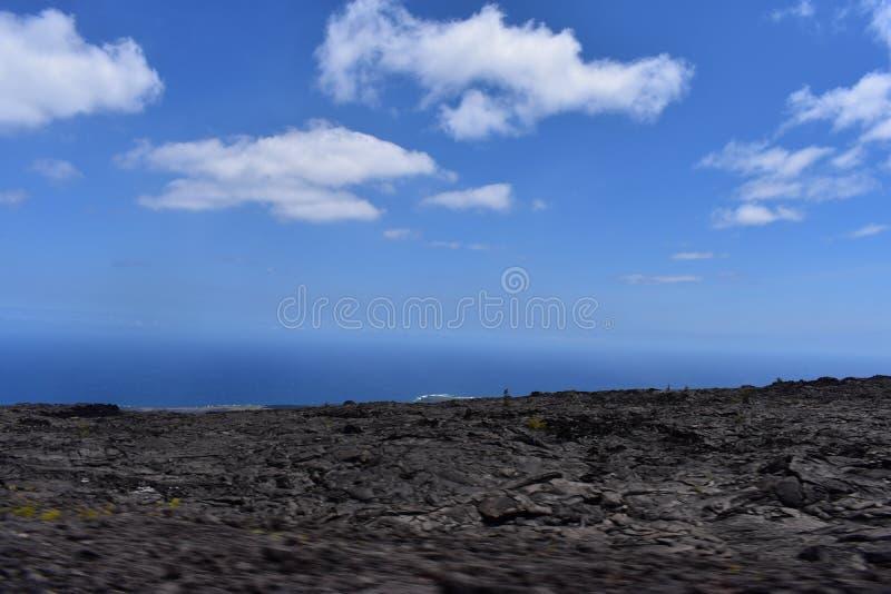 Lavafelder auf der großen Insel in Hawaii mit dem Pazifischen Ozean im Hintergrund stockfotografie
