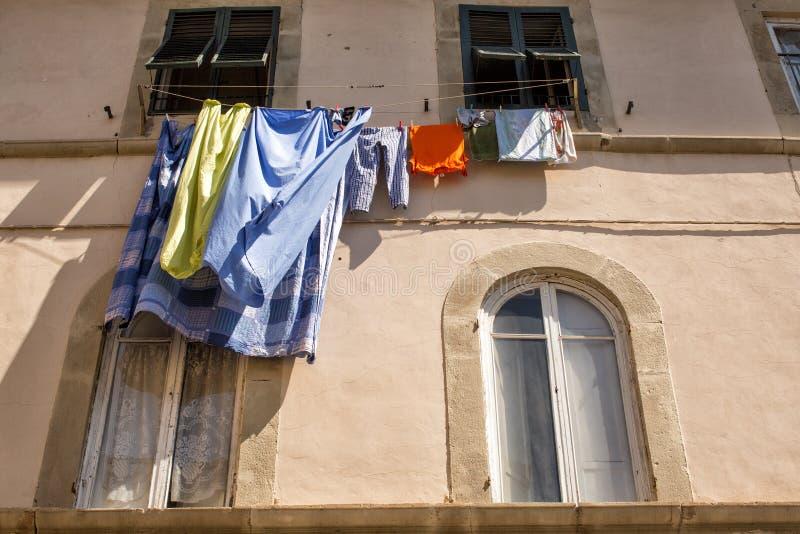 Lavage accroché hors des fenêtres pour sécher image stock