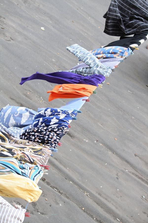 Lavage avec des vêtements-chevilles photographie stock