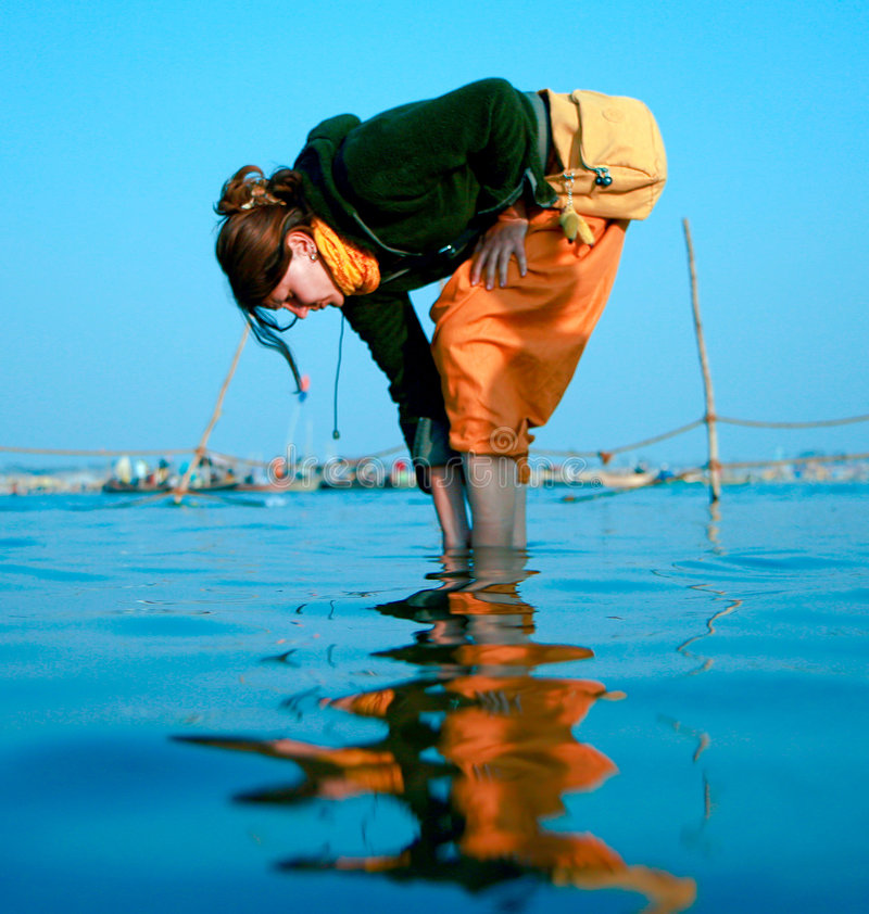 Lavage dans Ganga saint photos stock
