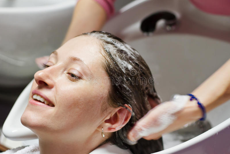 Lavage de cheveux photographie stock