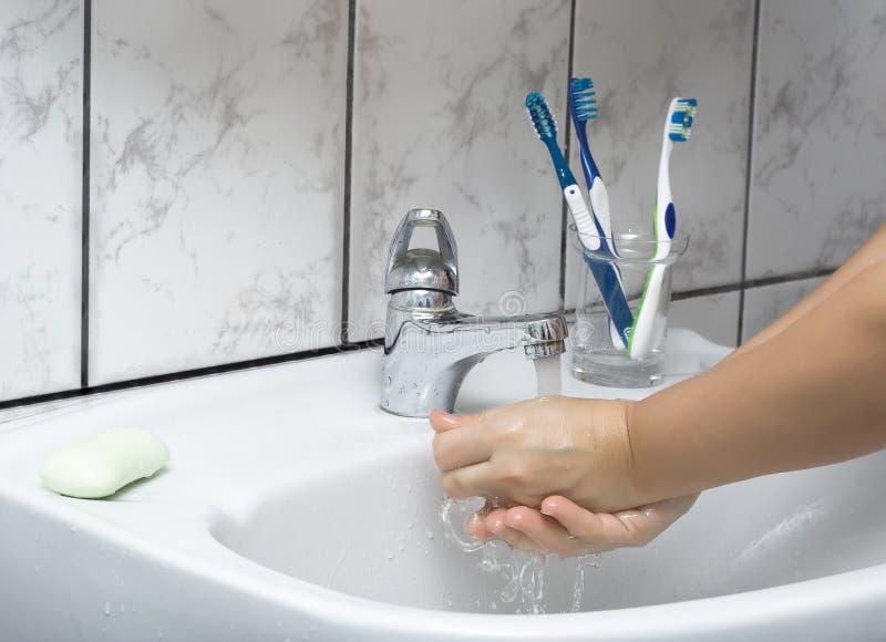 Lavage de femme ses mains photo libre de droits