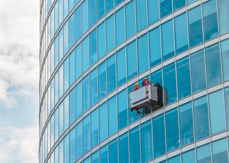 Lavage de fenêtre de gratte-ciel image stock
