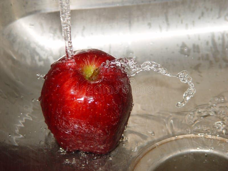 Lavage de la pomme photographie stock