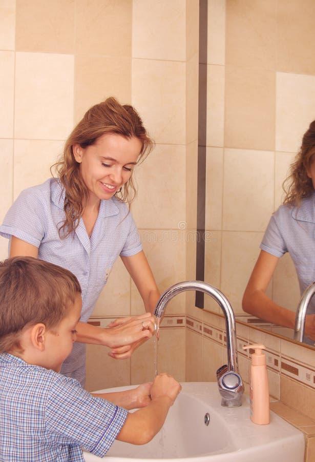 lavage de momie de mains d'enfant images libres de droits