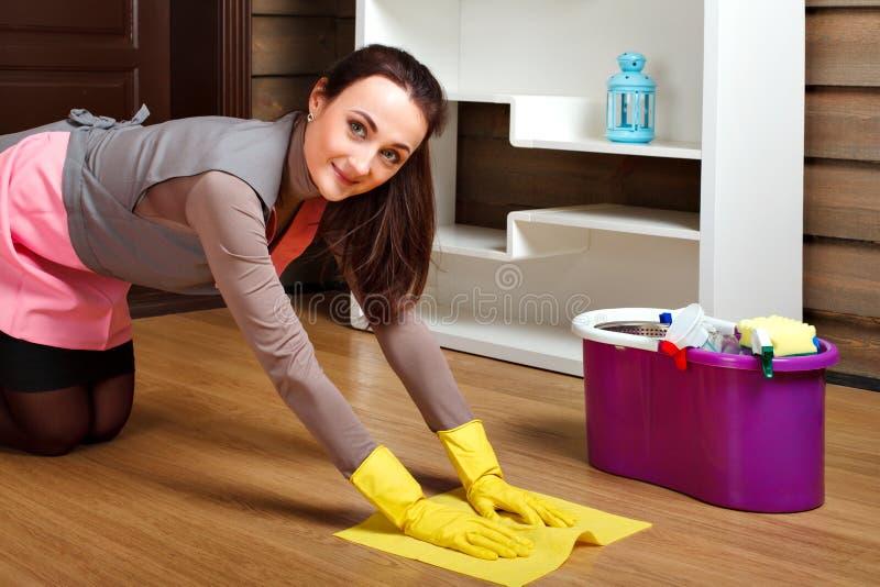 Lavage de travailleur de servisce de nettoyage le plancher avec du chiffon photos libres de droits