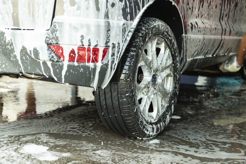 Lavage de voiture de plan rapproché dans le service de magasin de station de lavage image libre de droits