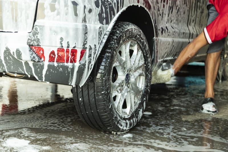 Lavage de voiture de plan rapproché dans le service de magasin de station de lavage photographie stock