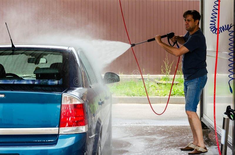 Lavage de voiture utilisant l'eau ? haute pression photos stock