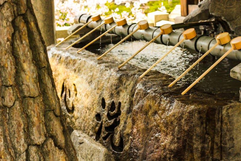 Lavage en pierre pour la purification avant d'entrer dans le temple image libre de droits