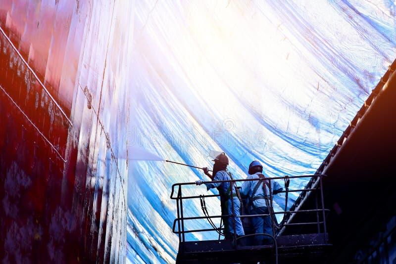 Lavage par haute pression de l'eau de jet dans le chantier naval image stock