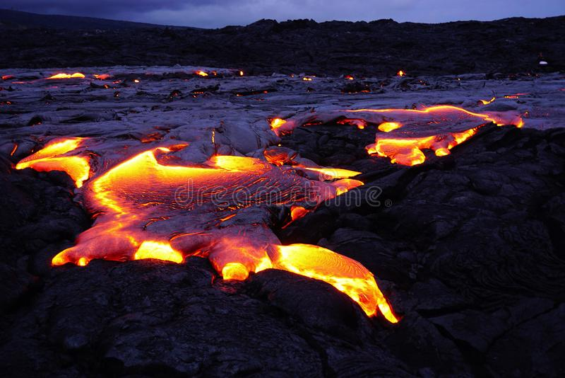 Lavagebied met nieuwe lava in Hawaï stock afbeelding