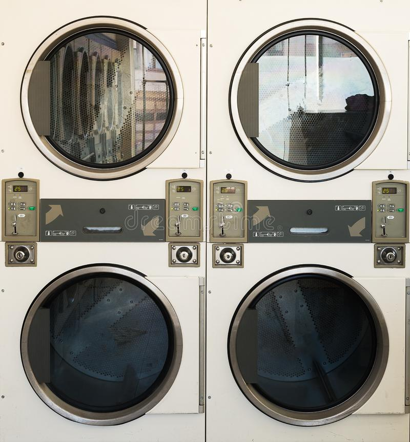 Lavagem autom?tica das m?quinas da lavanderia em p?blico imagem de stock