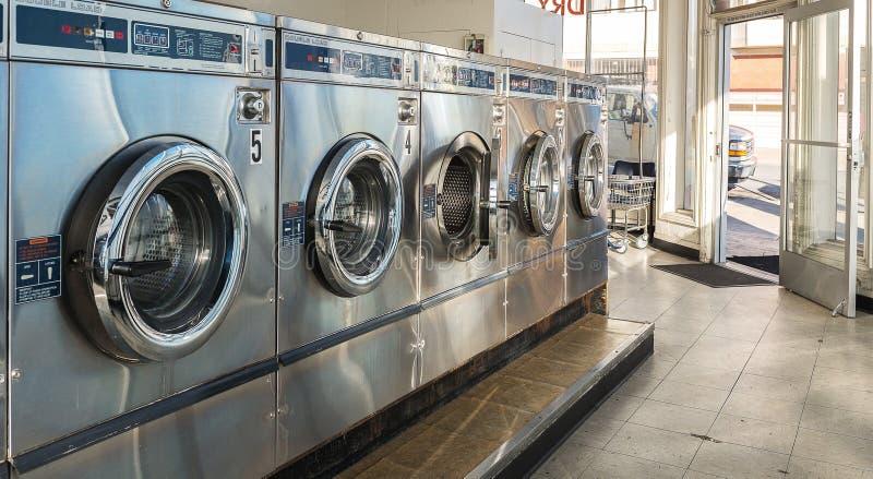 Lavagem autom?tica das m?quinas da lavanderia em p?blico foto de stock