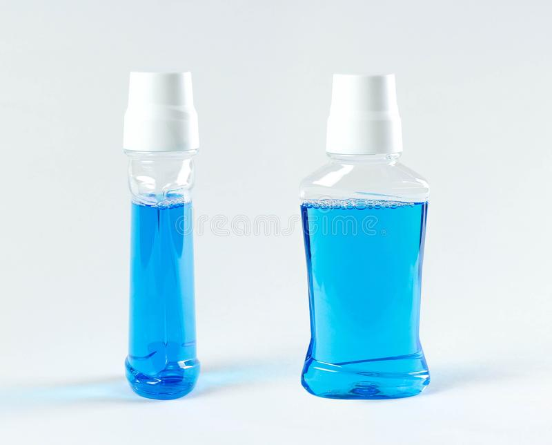 Lavagem azul para a boca Fim acima Isolado no fundo branco fotos de stock royalty free
