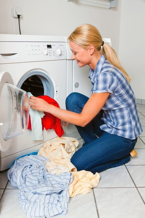 Lavagem da dona de casa foto de stock