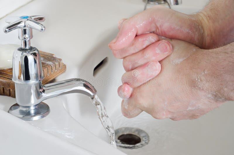 Lavagem da mão - macho fotos de stock