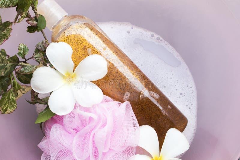 Lavagem do corpo do sabão líquido com pele do corpo dos cuidados médicos da espuma imagens de stock